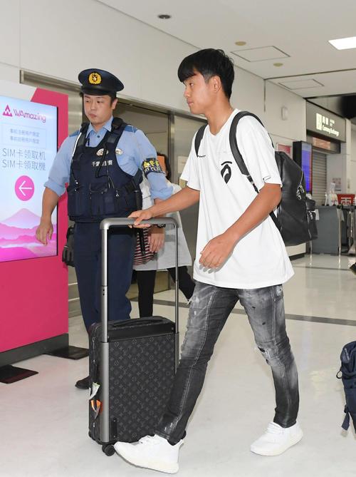 成田空港に到着し、警察官に付き添われて移動する日本代表のMF久保(撮影・加藤諒)