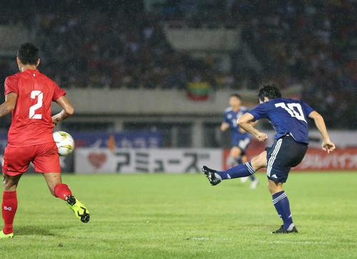 日本対ミャンマー 前半、先制ゴールを決める中島(撮影・河野匠)