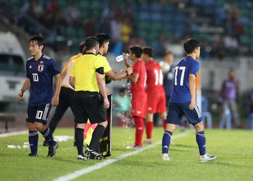 日本対ミャンマー 後半、中島(左)に代わって出場し、W杯予選史上最年少出場記録を更新した久保(右)(撮影・河野匠)