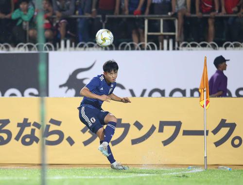 日本対ミャンマー 後半、コーナーキックを蹴る久保(撮影・河野匠)