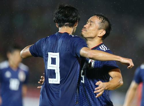 日本対ミャンマー 前半、ゴールを決めた南野を祝福する長友(撮影・河野匠)