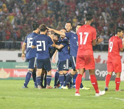 日本対ミャンマー 前半、先制ゴールを決めて仲間に祝福される中島(左から3人目)(撮影・河野匠)