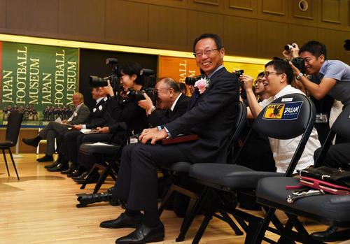 日本サッカー殿堂の掲額式に出席した岡田氏(中央)は、記念撮影に臨む佐々木氏らに笑顔で声をかける(撮影・山崎安昭)