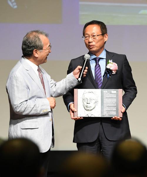 日本サッカー殿堂の掲額式で岡田氏(右)はこれまでを振り返る(撮影・山崎安昭)