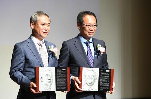 日本サッカー殿堂の掲額式で笑顔を見せる岡田氏(右)と佐々木氏(撮影・山崎安昭)