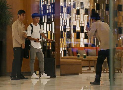 ミャンマー戦から一夜明け、ホテルスタッフの記念撮影に応じる久保(左から2人目)(撮影・河野匠)