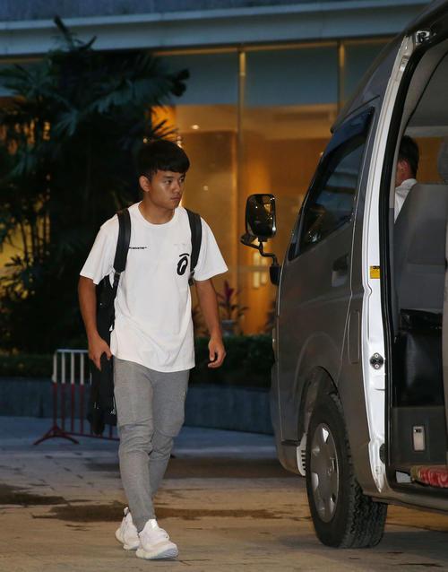 ミャンマー戦から一夜明け、宿舎を出て送迎車に乗り込む久保(撮影・河野匠)
