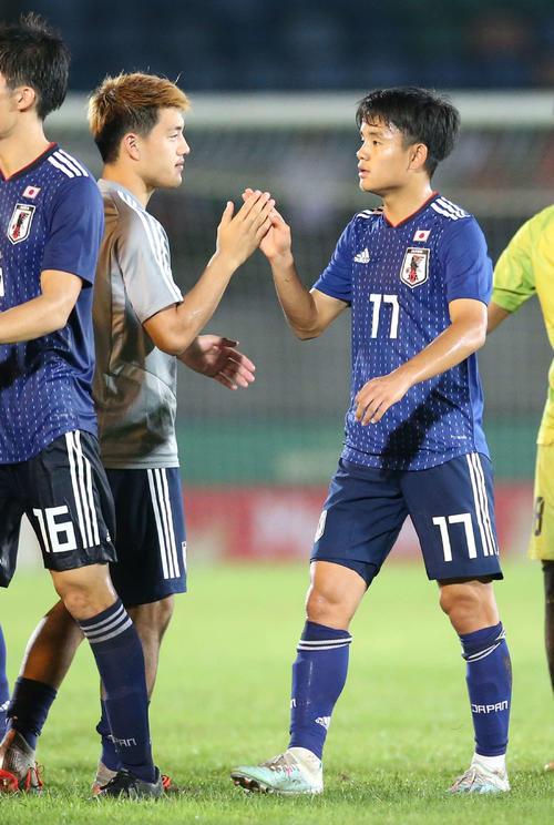 日本対ミャンマー 試合後、堂安(左)とタッチを交わす久保(撮影・河野匠)