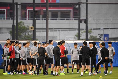 練習前、ミーティングをする久保(右から8人目)ら日本代表の選手たち(撮影・横山健太)