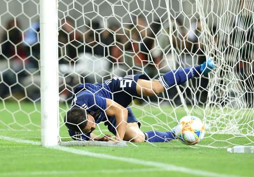 日本対モンゴル 前半、チーム3点目を奪った長友(撮影・河野匠)