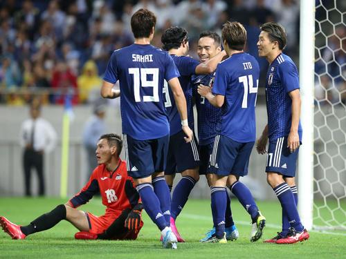 日本対モンゴル 前半、得点を奪った長友を祝福するイレブン(撮影・河野匠)