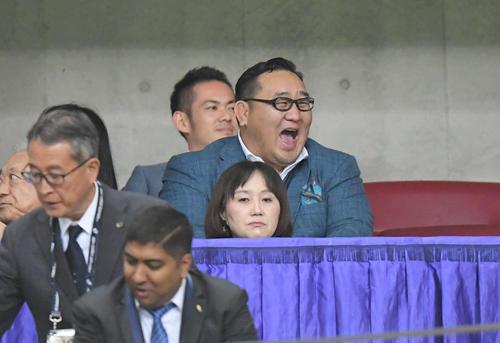 試合開始前、スタンドで笑顔を見せる元朝青龍のドルゴルスレン・ダグワドルジ氏(撮影・加藤諒)