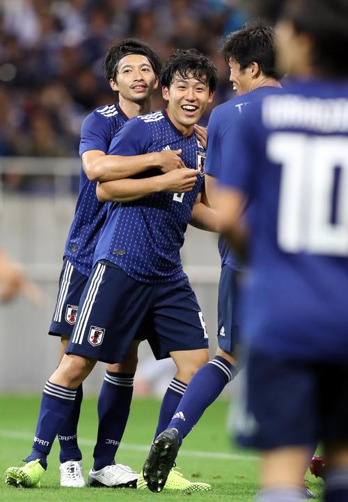 代表初ゴールを決め歓喜する遠藤航、左は柴崎(撮影・狩俣裕三)