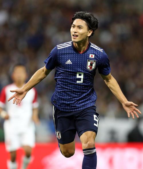 日本対モンゴル 前半、先制ゴールを決めて喜ぶ南野(撮影・狩俣裕三)