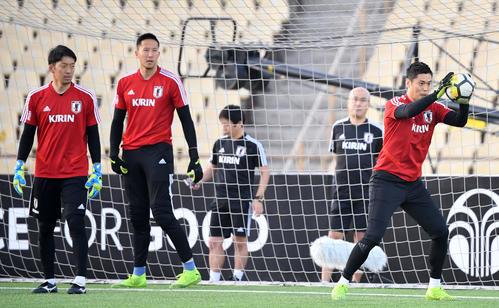 トレーニングをする、左からGK権田、GKシュミット、GK川島(撮影・横山健太)