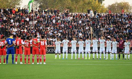 日本対タジキスタン 試合開始前、黙とうする両チームの選手たち(撮影・横山健太)