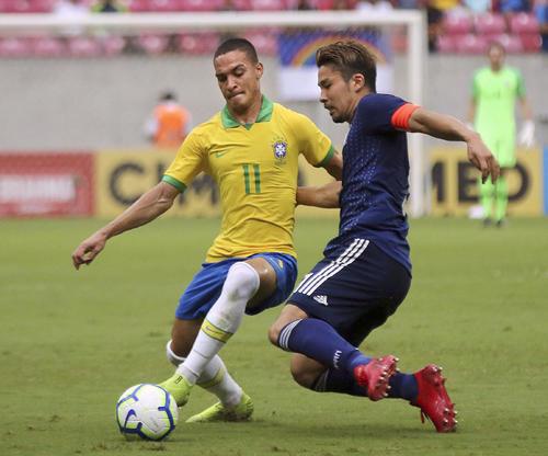 ブラジルとの親善試合で競り合う中山(右)(AP=共同)