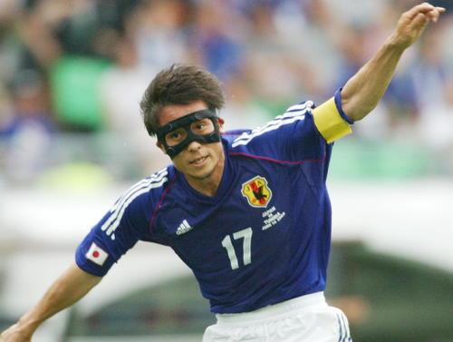 02年6月、W杯韓国・日本大会のチュニジア戦でフェースガードをつけてプレーする宮本恒靖