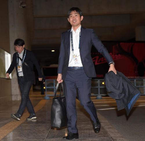 鹿島対ホンダFC 視察の訪れた森保監督(右)と横内コーチ(撮影・横山健太)