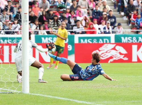 日本対南アフリカ 前半、果敢にゴールを狙うFW菅沢(撮影・梅根麻紀)