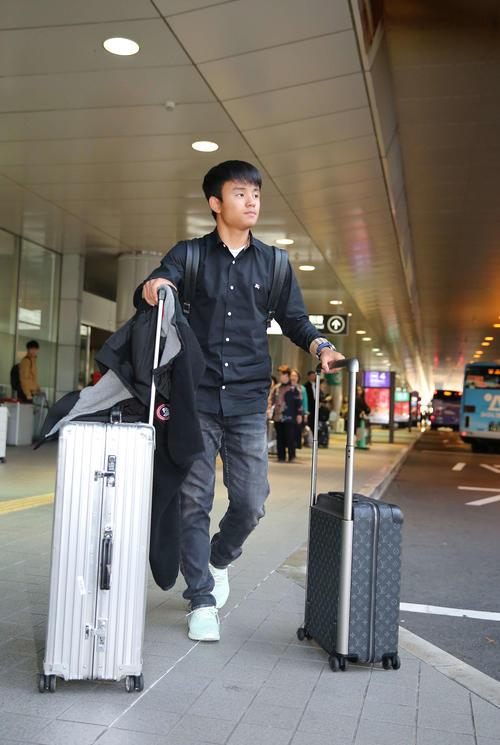 広島空港に到着し移動の車に向かう久保(撮影・河野匠)