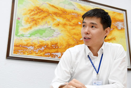 キルギスについて語るJICAスタッフのアルマズ・ジュマグロフ氏(撮影・横山健太)