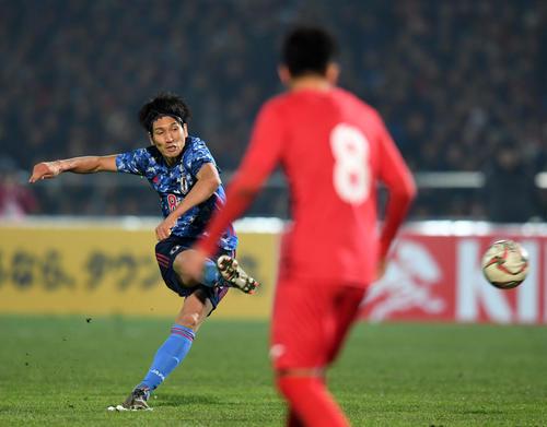 日本対キルギス 後半、フリーキックからゴールを決めた原口(撮影・横山健太)