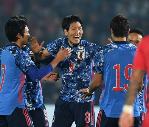 日本対キルギス 後半、フリーキックからゴールを決め仲間の祝福に笑顔を見せる原口(中央)(撮影・横山健太)