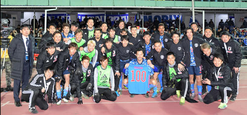 吉田(中央)の代表通算100試合出場を記念して笑顔で写真に納まる日本代表の選手たち(撮影・横山健太)