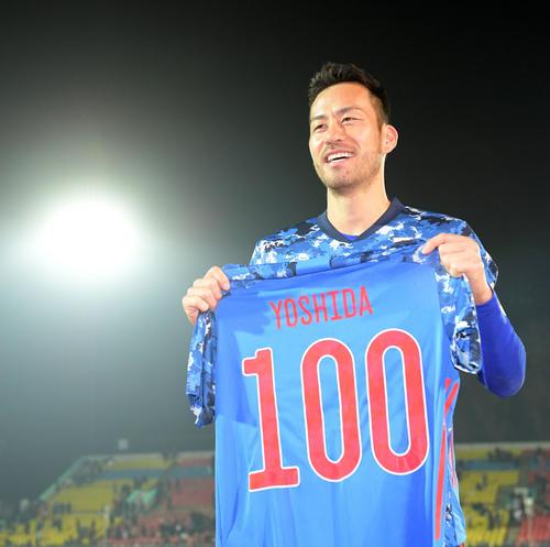 100試合記念ユニホームを手に笑顔を見せる吉田(撮影・横山健太)