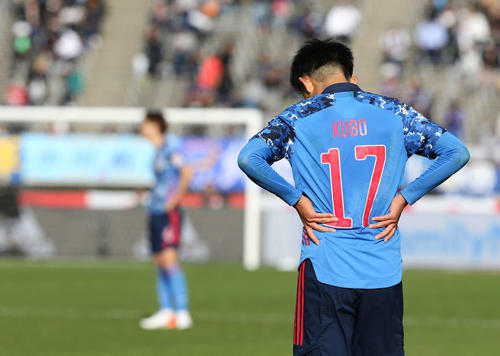 U-22日本対U-22コロンビア 試合終了し、腰に手を当ててうつむく久保(撮影・河野匠)