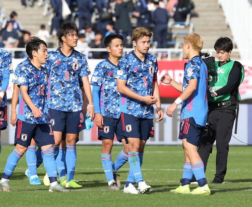 U-22日本対U-22コロンビア 試合後、堂安(右)の出迎えを受ける、左から三好、小川、久保、中山(撮影・河野匠)