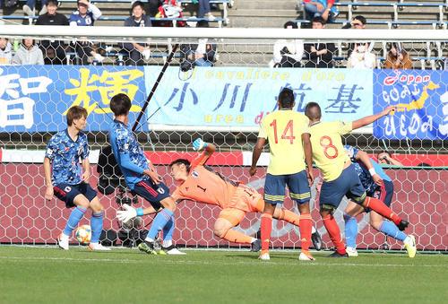 U-22日本対U-22コロンビア 後半、ラミレス(右から2人目)にゴールを奪われるGK大迫(中央)(撮影・河野匠)