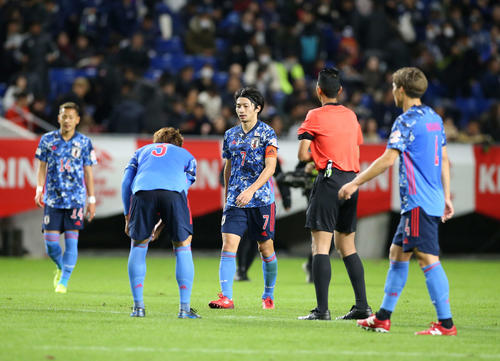 日本対ベネズエラ 後半、4失点敗戦で厳しい表情の柴崎ら(撮影・河野匠)