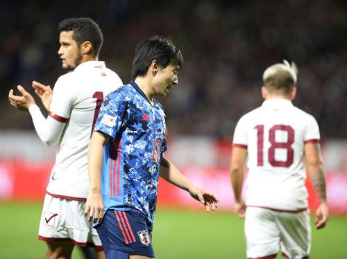 日本対ベネズエラ 前半、シュートを外し悔しい表情の中島(撮影・河野匠)