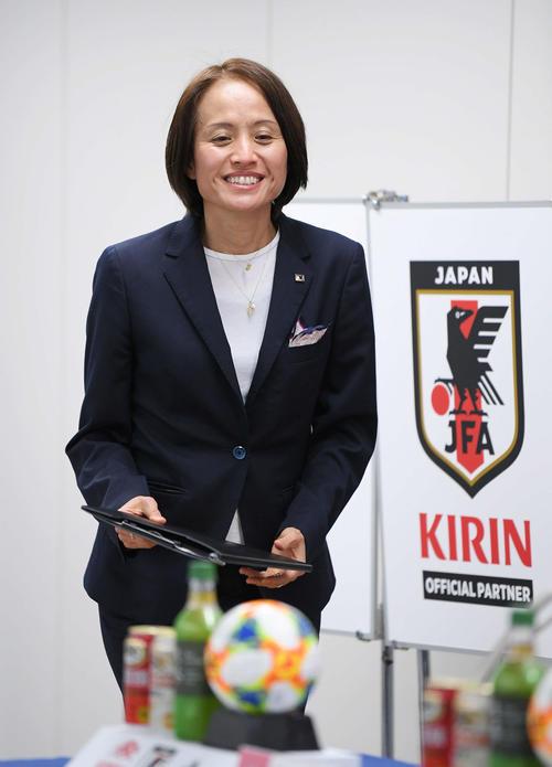 東アジアE-1選手権の代表選手発表会見に臨むなでしこジャパンの高倉監督(撮影・加藤諒)