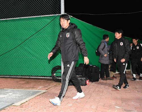東アジアE-1選手権 開幕戦を翌日に控え、練習場に入る男子日本代表の森保監督(撮影・加藤諒)