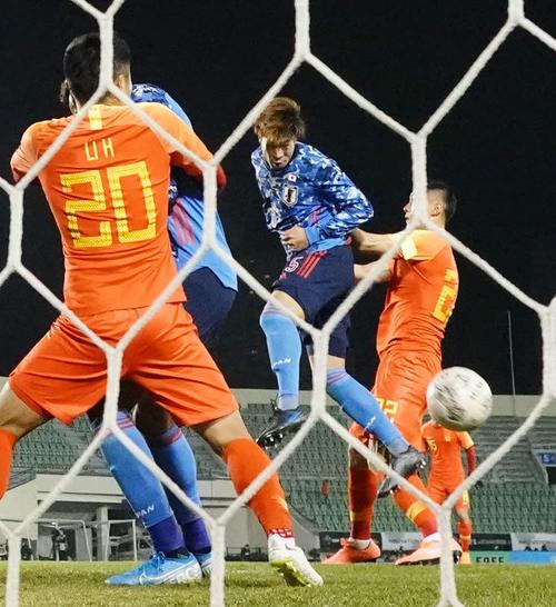 日本対中国 後半、CKをヘディングで合わせ、チーム2点目のゴールを決める三浦(撮影・加藤諒)