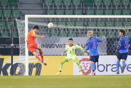東アジアE-1選手権 日本対中国 後半、シュエシェン<9>にヘディングゴールを決められるGK中村(撮影・加藤諒)