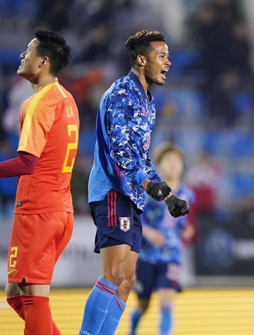 日本対中国 前半、代表初ゴールとなる先制ゴールを決めて雄たけびを上げる鈴木(右)(撮影・加藤諒)
