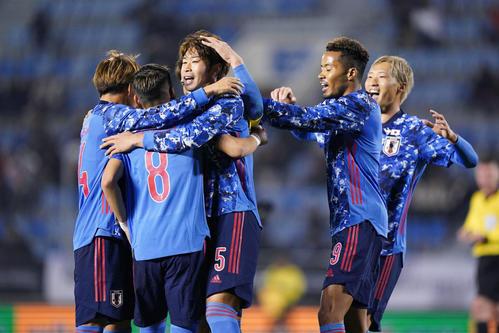 日本対中国 後半、チーム2点目のゴールを決めた三浦(左から3人目)は鈴木(同4人目)ら仲間と喜ぶ(撮影・加藤諒)
