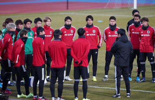 東アジアE-1選手権 練習が始まり、輪になって森保監督(手前右)の話を聞く日本代表の選手たち(撮影・加藤諒)