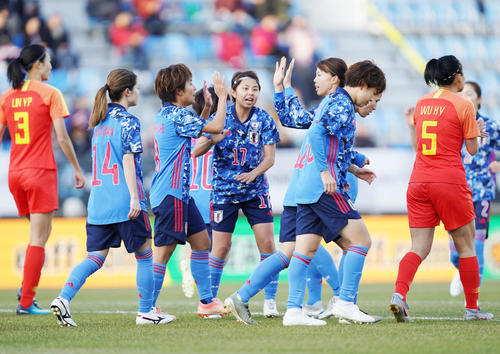 東アジアE-1選手権 中国対日本 前半、先制ゴールを決めて喜ぶ岩渕(中央左)らなでしこジャパン(撮影・加藤諒)