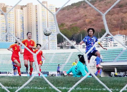 東アジアE-1選手権 中国対日本 前半、岩渕真奈は2点目のゴールを決める(撮影・加藤諒)