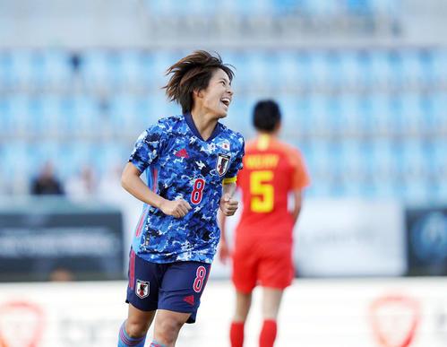 東アジアE-1選手権 中国対日本 前半、岩渕は2点目のゴールを決めて喜ぶ(撮影・加藤諒)