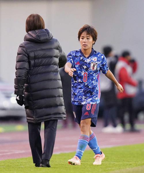 東アジアE-1選手権 中国対日本 後半、岩渕は田中と交代し、高倉監督に握手で迎えられる(撮影・加藤諒)