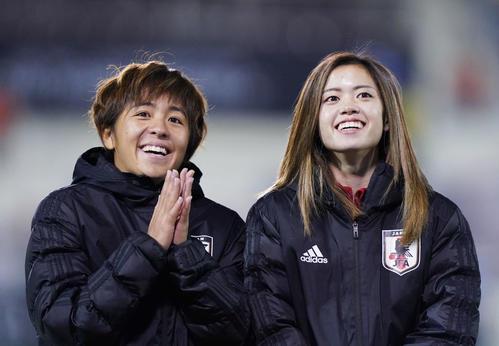 東アジアE-1選手権 中国対日本 中国に勝利し、笑顔でサポーターにあいさつする岩渕(左)と長谷川(撮影・加藤諒)