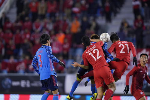 日本対香港 前半、コーナーキックからチーム2点目のゴールを決める田川(中央奥)(撮影・加藤諒)
