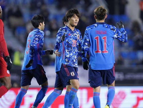 東アジアE-1選手権 日本対香港 後半、チーム5点目となるヘディングシュートを決めてハットトリックを達成し、笑顔を見せる小川(中央)(撮影・加藤諒)