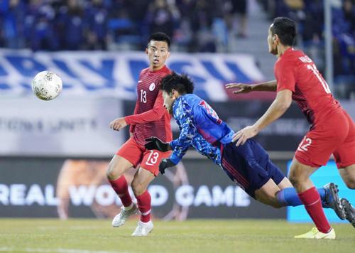 東アジアE-1選手権 日本対香港 後半、ダイビングヘッドでゴールを狙う上田(撮影・加藤諒)